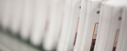 תמונת תקריב של ערמת מעטפות