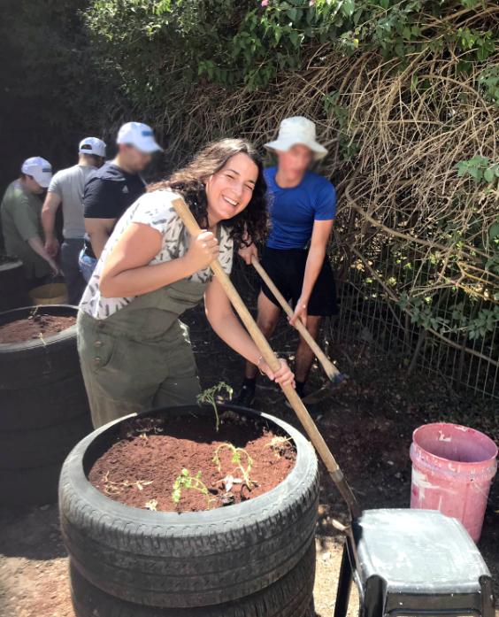 עובדי דפוס בארי ועובדי ״גוונים״ עובדים יחד בהקמת גינה ב״גוונים״